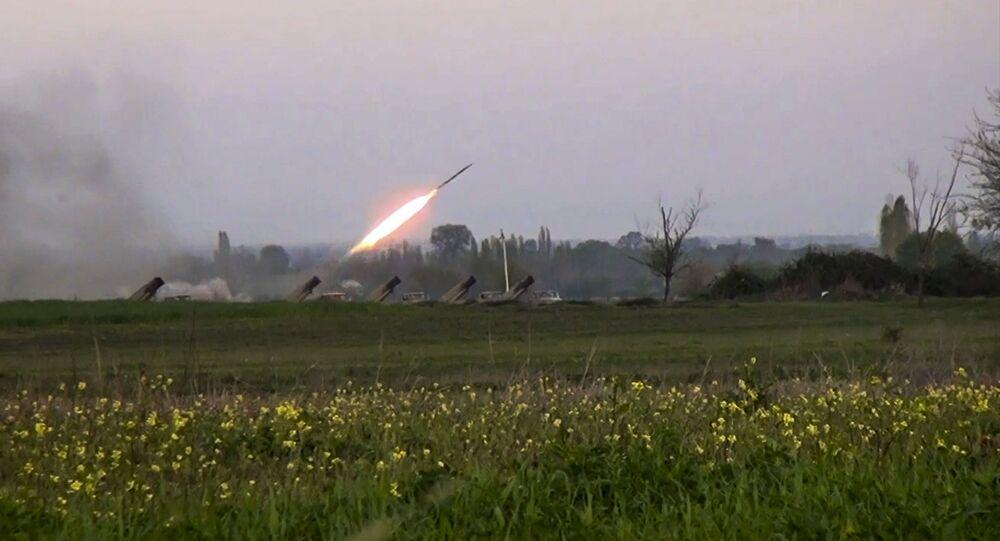 Sistema de lançamento múltiplo de foguetes Grad sendo disparado por militares do Azerbaijão (imagem de arquivo)
