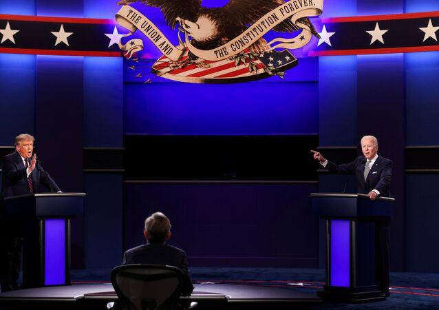Candidatos à presidência dos EUA, Donald Trump (à esquerda) e Joe Biden (à direita), durante debate presidencial em Cleveland, 29 de setembro de 2020