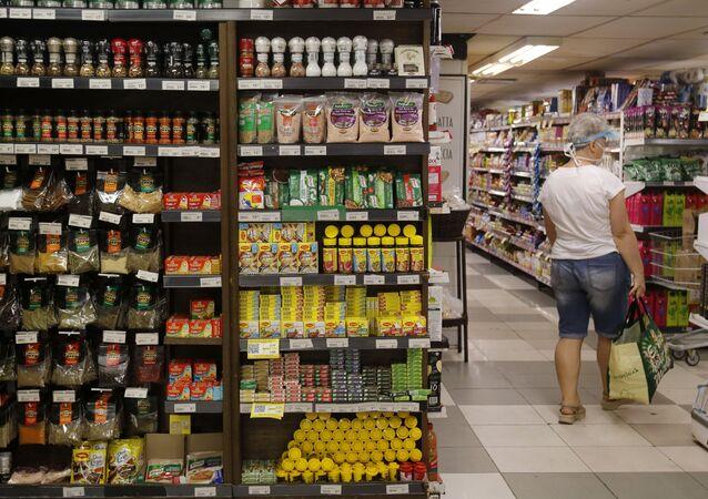 Cliente pesquisa preços em supermercado na zona sul do Rio de Janeiro