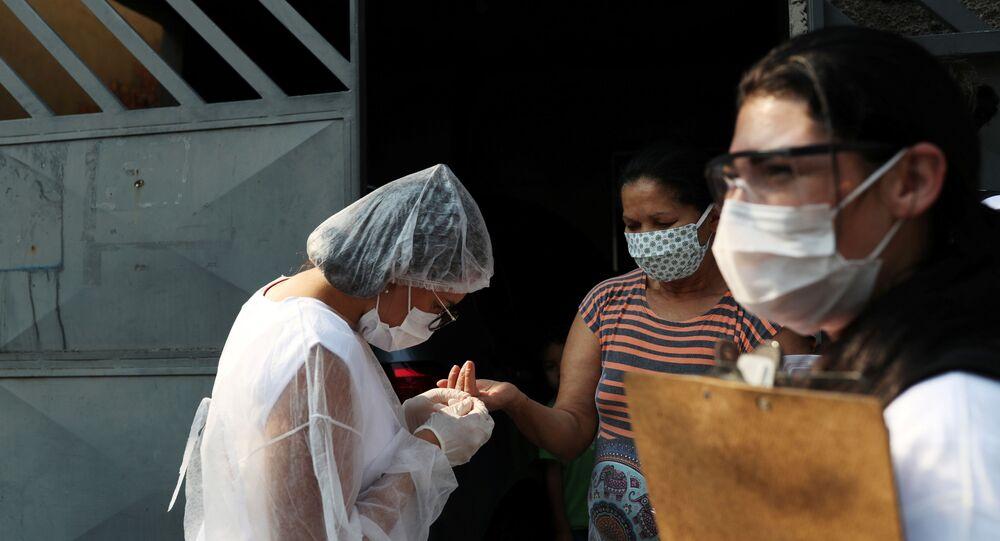Profissional de saúde testa mulher para COVID-19 durante a campanha Bora Testar em São Paulo, 2 de outubro de 2020