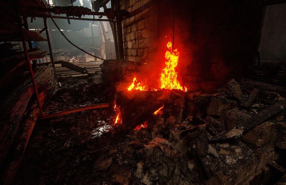 Fogo consome loja de materiais de construção após queda de mísseis na cidade de Stepanakert