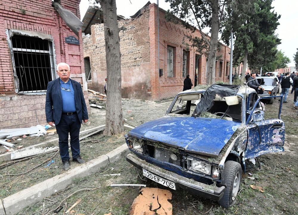 Carro e casas destruídas em rua da cidade azeri de Ganja