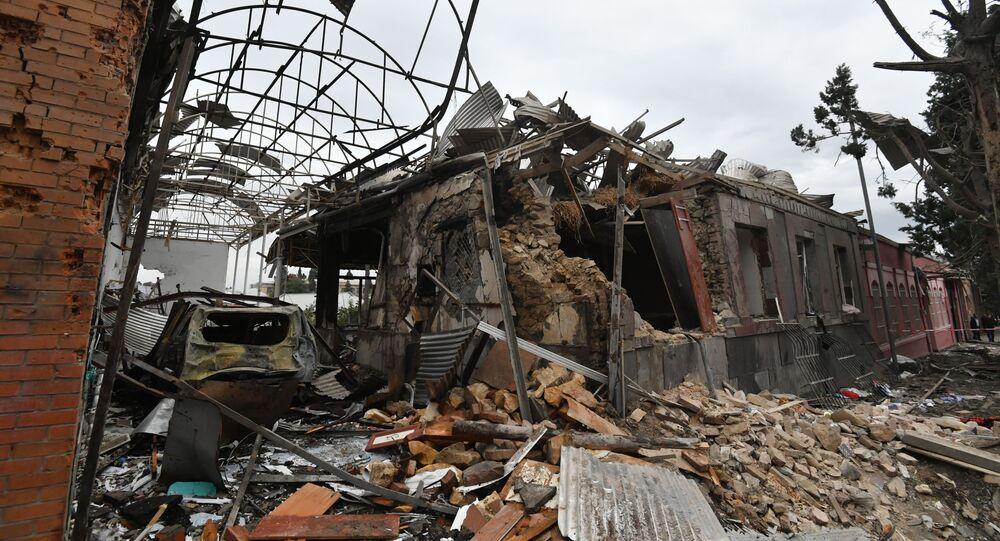 Residências destruídas após ataques à cidade de Ganja, em Nagorno-Karabakh