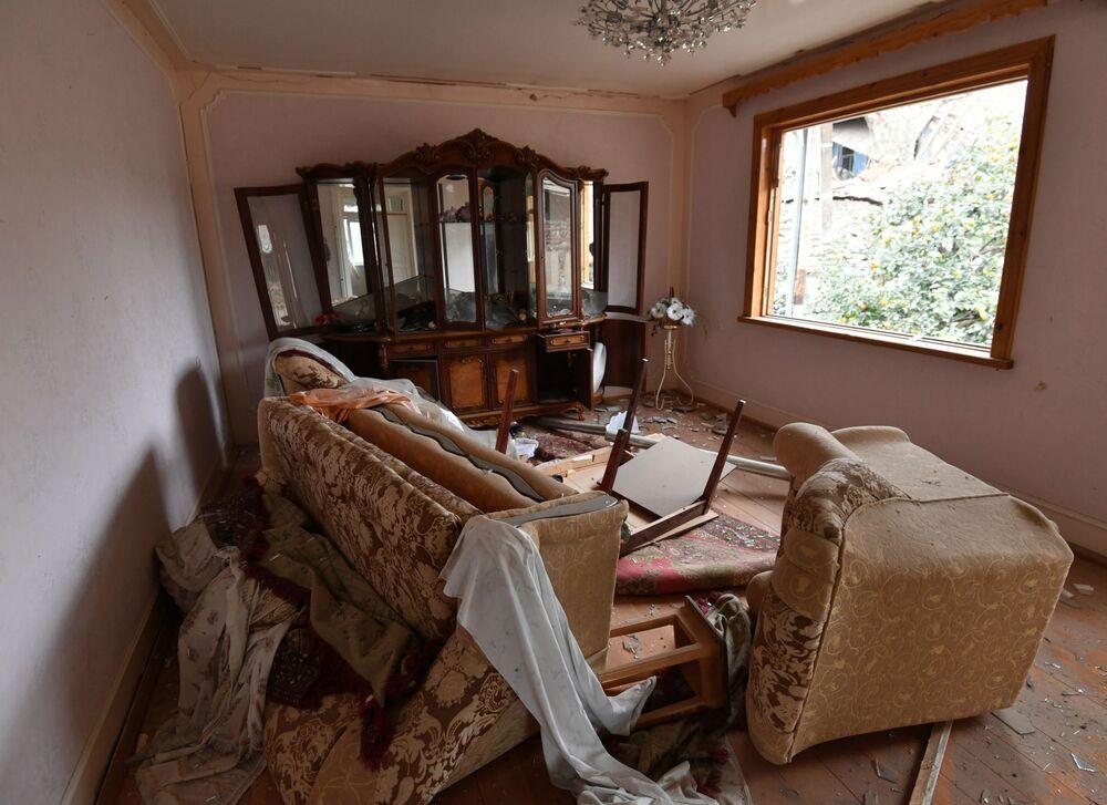 Casa da cidade azeri de Ganja testemunha rastro de destruição após queda de mísseis