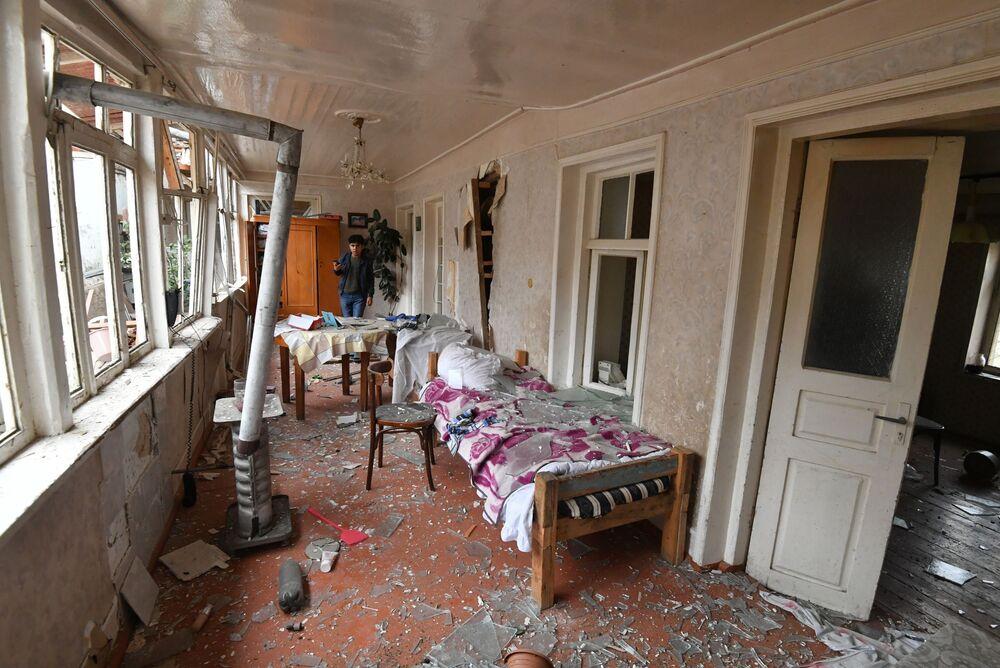 Jovem presencia resultado da destruição de sua casa por ataque de mísseis à cidade azeri de Ganja