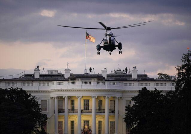 Em Washington, um helicóptero chega à Casa Branca levando o presidente norte-americano, Donald Trump, após deixar hospital militar em que Trump foi internado para tratamento contra a COVID-19