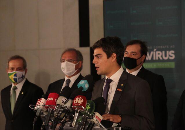 Deputado Tiago Mittraud durante coletiva da Frente Parlamentar Mista da Reforma Administrativa, em Brasília, ao lado do ministro da Economia, Paulo Guedes, e do presidente da Câmara, Rodrigo Maia