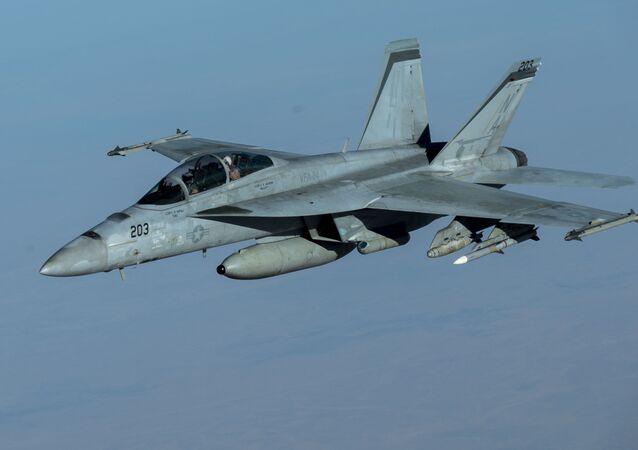 Um caça F/A-18F Super Hornet da Marinha dos EUA em missão de apoio da Operação Resolução Inerente com um novo sensor infravermelho, 30 de setembro de 2020