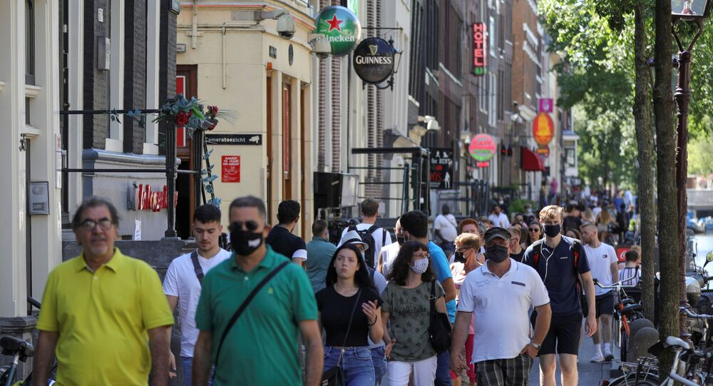 Transeuntes passeiam por Amsterdã, capital da Holanda, em meio à pandemia da COVID-19, em 5 de agosto de 2020