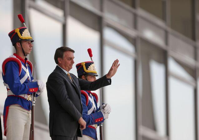 O presidente Jair Bolsonaro acena para apoiadores na rampa do Palácio do Planalto, em Brasília, 13 de outubro de 2020