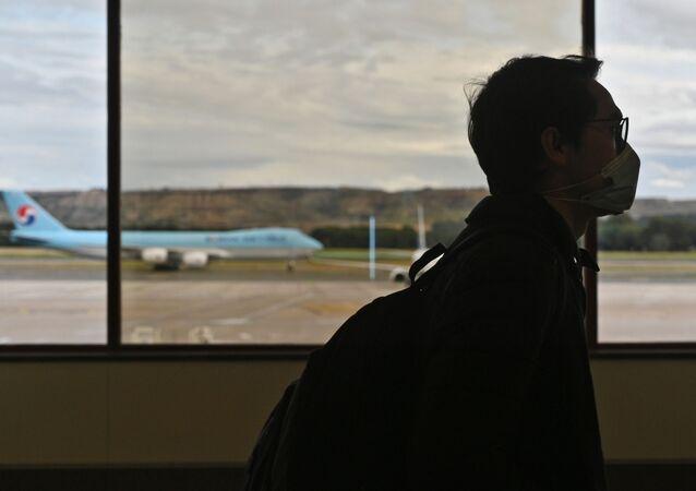 Passageiro usando máscara em aeroporto de Madri (foto de arquivo)
