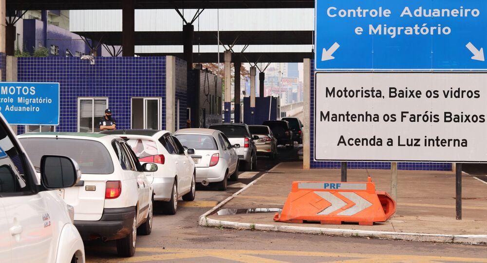 A Ponte Internacional da Amizade que liga o Brasil ao Paraguai foi reaberta para veículos de passeio às 5h desta quinta-feira (15), após sete meses fechada devido a pandemia do novo coronavírus. Durante este período, apenas caminhões de carga passavam pela fronteira