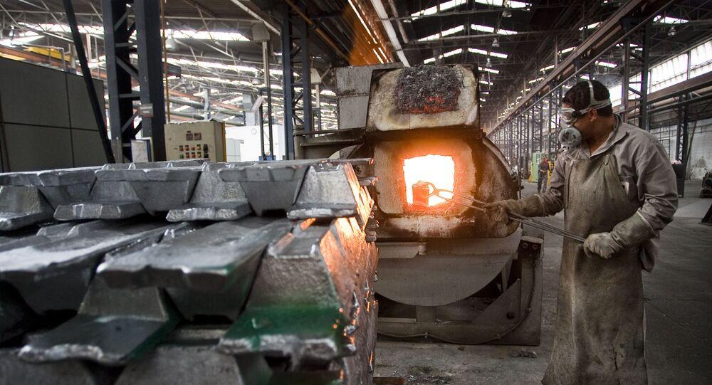 Empregado trabalha em forno da Cooperativa de Produção de Peças Fundidas em Alumínio e Zamac, em São Paulo (arquivo)