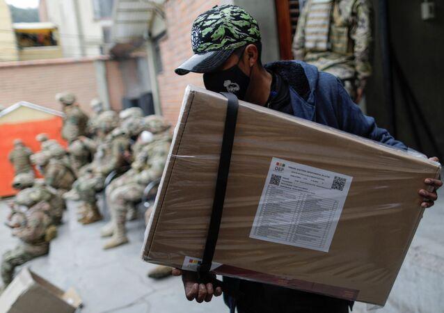 Funcionário do Tribunal Eleitoral transporta material eleitoral para ser distribuído nas eleições gerais de 18 de outubro, em La Paz, Bolívia, 16 de outubro de 2020