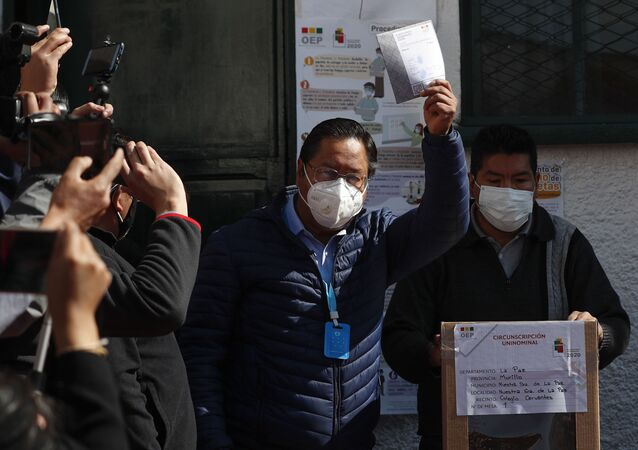 Em La Paz, na Bolívia, o candidato à Presidência do Movimento para o Socialismo (MAS), Luis Arce, mostra sua cédula de votação antes de depositá-la nas urnas durante as eleições gerais do país, em 18 de outubro de 2020