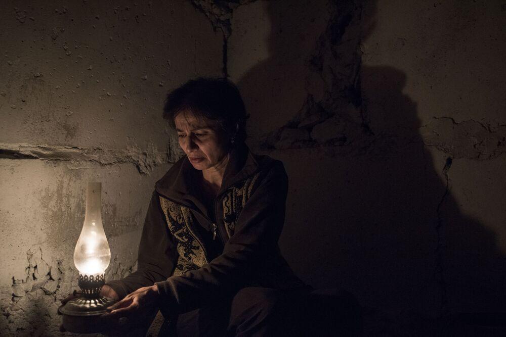 Povo de Stepanakert se muda para porão de casa devido aos bombardeiros contra cidade