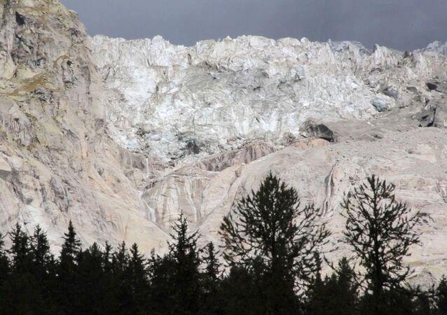 Geleira nos Alpes derretendo fruto de alterações climáticas