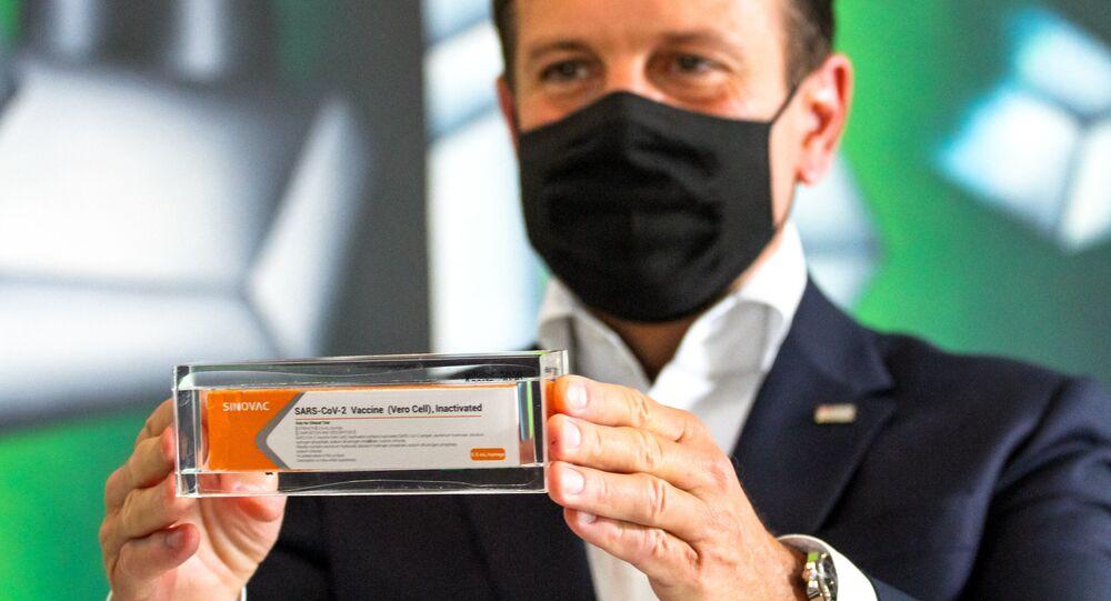 Em São Paulo, o governador paulista, João Doria (PSDB), exibe uma dose da vacina chinesa contra a COVID-19, a Coronavac, em 30 de setembro de 2020