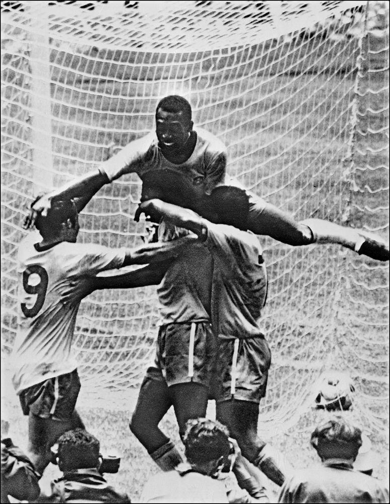 O atacante Pelé celebra com seus companheiros de equipe Tostão, Carlos Alberto e Jairzinho (da esquerda à direita) a vitória na final da Copa do Mundo entre o Brasil e a Itália em 21 de junho de 1970, na Cidade do México. Brasil ganhou por 4 a 1 para capturar seu terceiro título mundial depois de ganhar em 1958 na Suécia e em 1962 no Chile