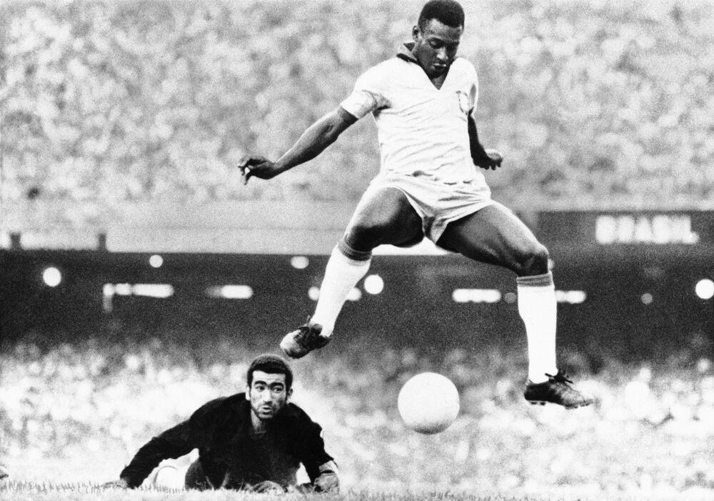 Pelé, grande estrela do futebol brasileiro, durante partida de agosto de 1969, a meses de marcar seu gol número 1.000, a que chegou em 19 de novembro do mesmo ano, jogando para o Santos Futebol Clube, que ganhou por 2 a 1 contra o Vasco da Gama