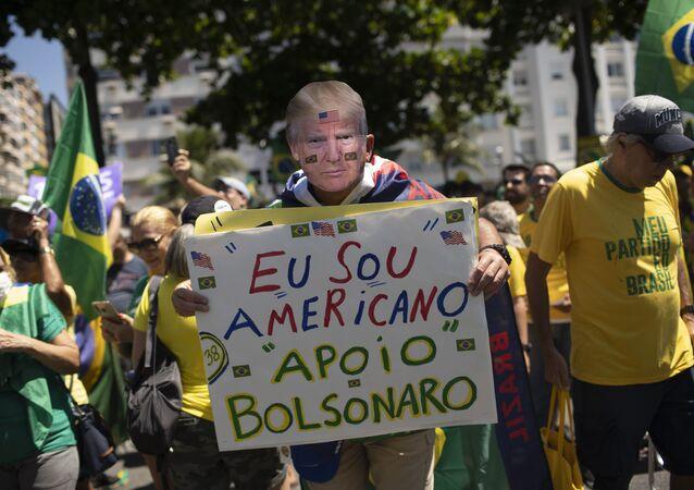 Manifestante usa máscara do presidente americano, Donald Trump, durante manifestação de apoio a Jair Bolsonaro no Rio de Janeiro (foto de arquivo)