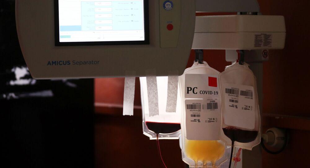 Sacos são preenchidos com plasma convalescente doado por um homem recuperado da doença do coronavírus (COVID-19), no Instituto de Hemoterapia em La Plata, Argentina, 5 de outubro de 2020