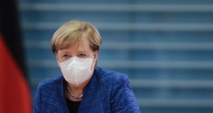 Em Berlim, a chanceler alemã, Angela Merkel, chega de máscara a uma reunião de gabinete do governo alemão durante a pandemia da COVID-19, em 21 de outubro de 2020