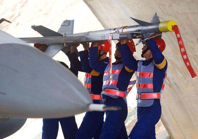 Equipe da Forças Aérea de Taiwan instala míssil Tien Chien I no aeroporto de Taichung (foto de arquivo)