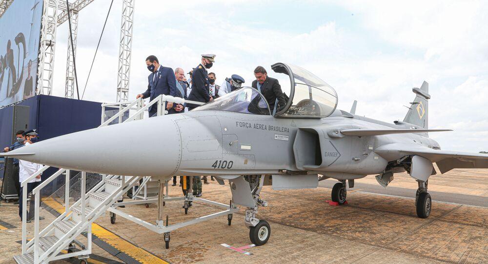 Jair Bolsonaro, presidente do Brasil, participa da apresentação do primeiro caça F-39E Gripen da FAB na Base Aérea de Brasília, em 23 de outubro de 2020