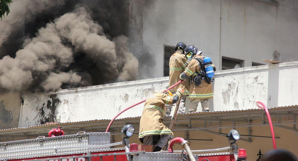 No Rio de Janeiro, em meio à pandemia da COVID-19, bombeiros tentam controlar um incêndio que atinge o Hospital Federal de Bonsucesso, na Zona Norte da capital fluminense, em 27 de outubro de 2020