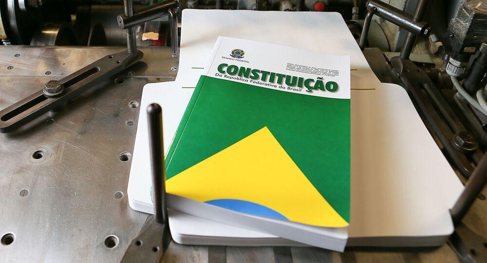 Capa do livro da Constituição de 1988, criada pelo artista gráfico do Senado, Cosme Coelho Rocha, em gráfica do Senado, em Brasília (DF).
