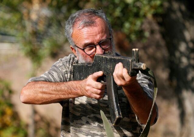 Voluntário armênio durante treinamento militar em Erevan, Armênia, 27 de outubro de 2020