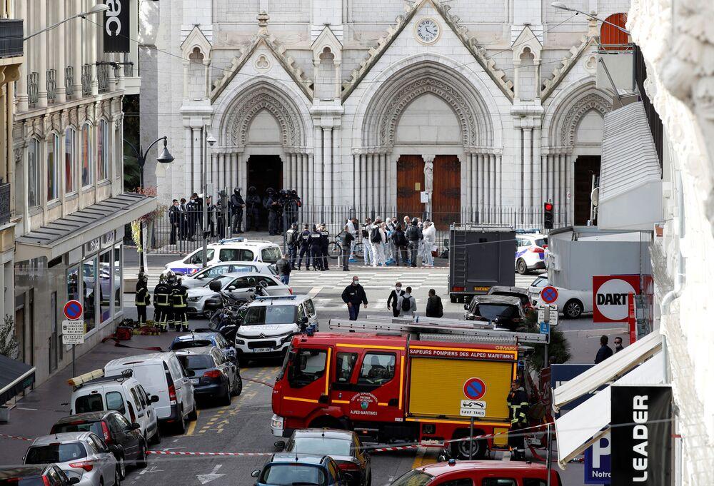 Situação em frente à Basílica de Notre-Dame em Nice, onde ocorreu ataque com faca que tirou a vida de três pessoas em 29 de outubro de 2020, na França