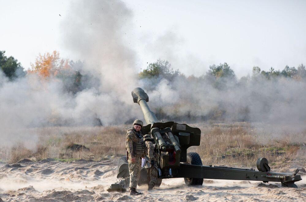 Militares ucranianos usam peça de artilharia D-20 de 152 mm em polígono militar na região de Kiev, Ucrânia