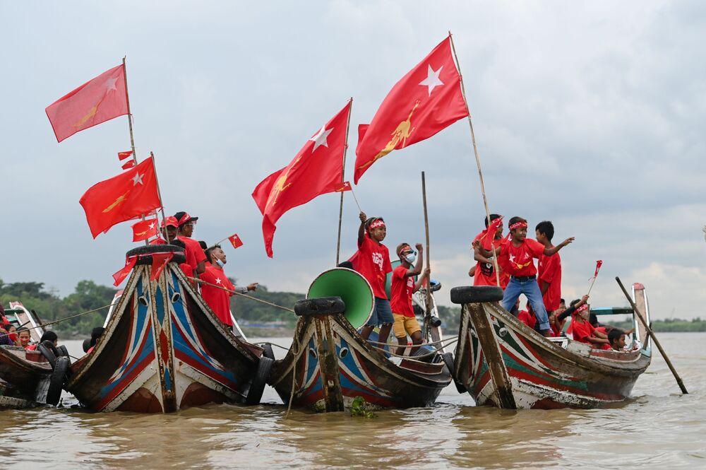 Apoiadores do partido político Liga Nacional para Democracia (NLD, na sigla em inglês) fazem carreata em barcos pelo rio Yangon durante campanha eleitoral em Mianmar