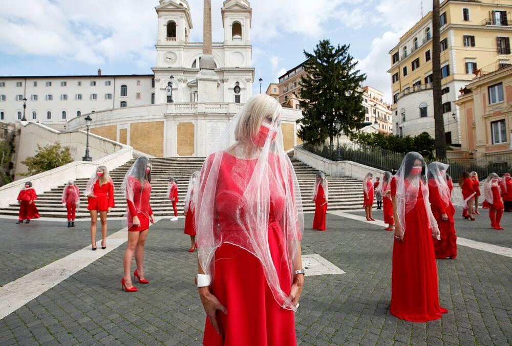Mulheres se manifestam para chamar atenção para a violência contra a mulher, em Roma, Itália