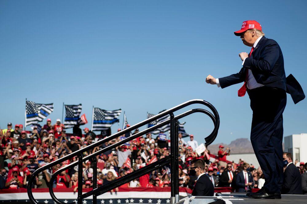 Presidente dos EUA Donald Trump dança após discurso de campanha para sua reeleição no Aeroporto Internacional de Laughlin/Bullhead no Arizona, EUA