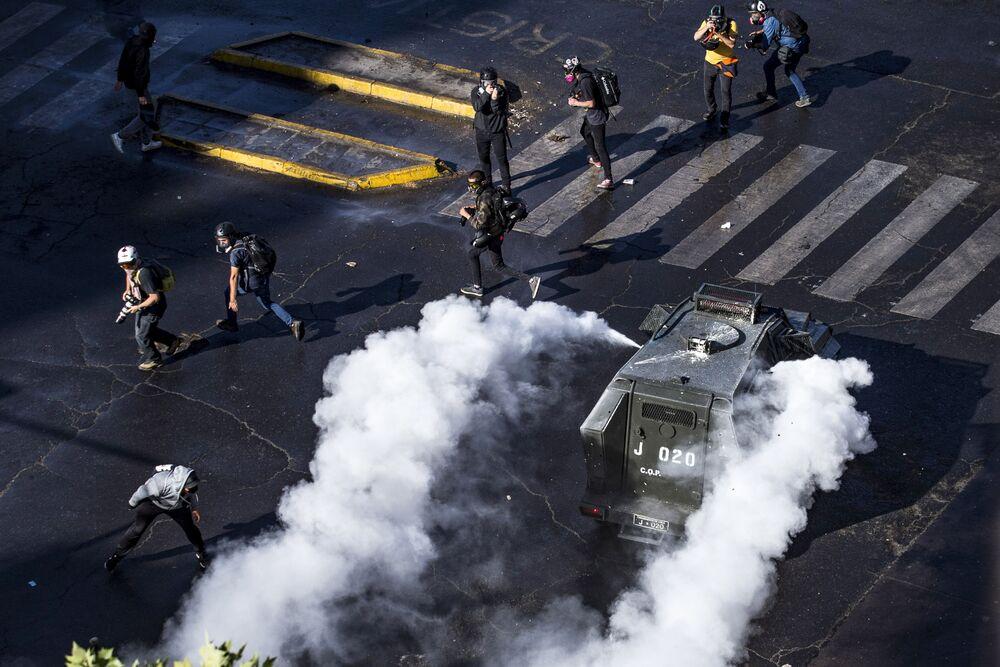Chilenos entram em confronto com a polícia durante protesto contra o presidente Sebastián Piñera em Santiago, Chile