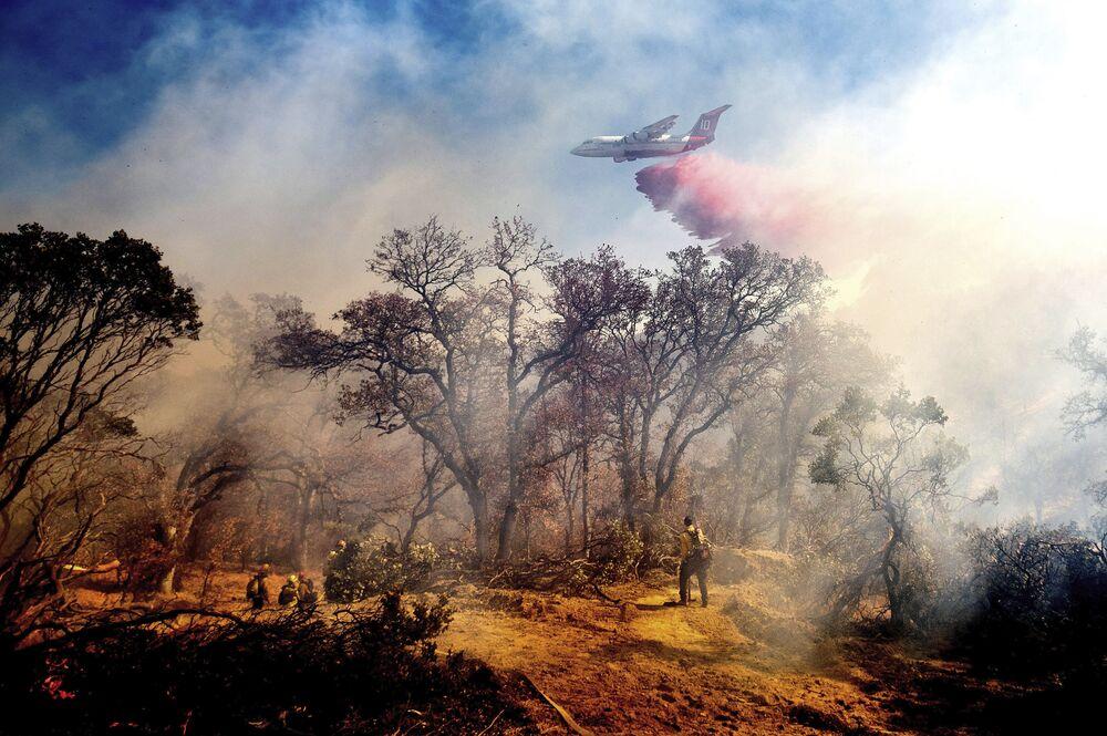 Aeronave realiza trabalho de combate a incêndio em Anderson, no estado americano da Califórnia