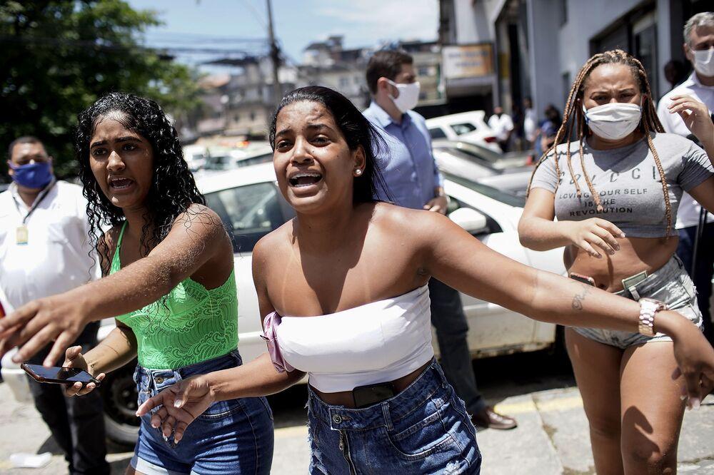 Parentes de pacientes do Hospital Federal de Bonsucesso observam incêndio na unidade hospitalar localizada no Rio de Janeiro