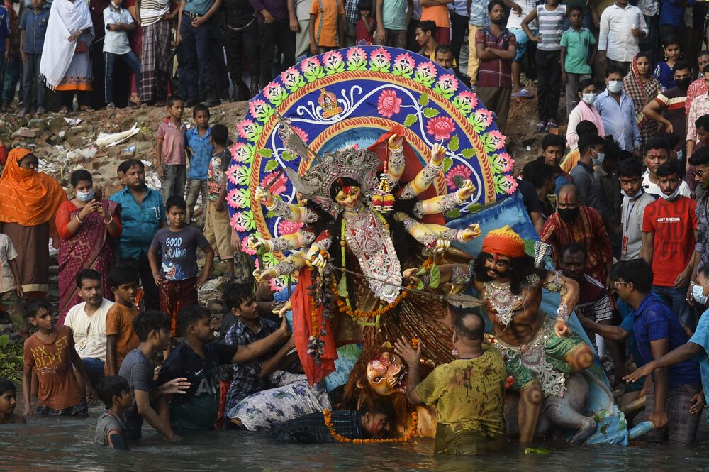 Hindus fazem cerimônia religiosa em homenagem à deusa Durga no rio Buriganga, em Bangladesh