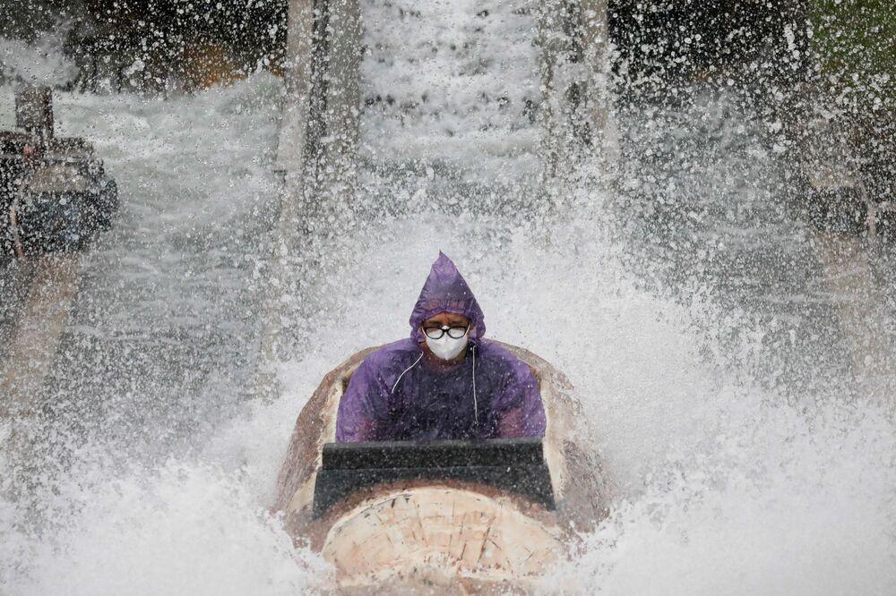 Homem usando máscara contra a COVID-19 em parque de diversões em Laguna, nas Filipinas