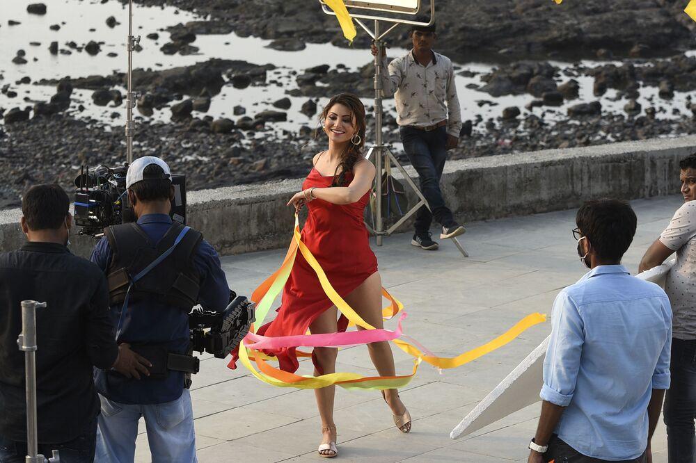 Atriz indiana Urvashi Rautela tirando fotos para álbum de música em vídeo em Mumbai, Índia