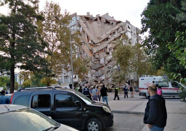 Prédio destruído em Izmir, na Turquia, após grande terremoto atingir o mar Egeu nesta sexta-feira, 30 de outubro de 2020