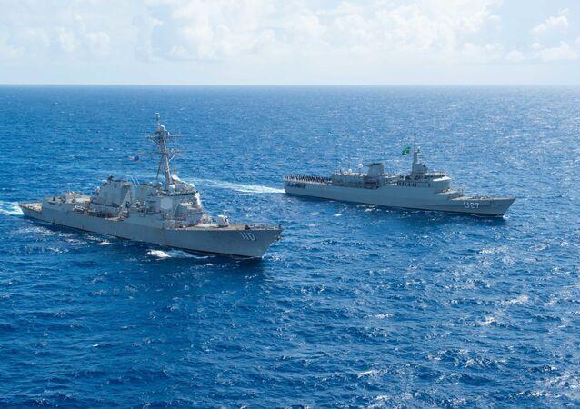 O destróier de mísseis guiados USS William P. Lawrence (DDG 110) e o Navio-Escola (NE) Brasil (U27) conduziram um exercício de passagem (PASSEX) no mar do Caribe