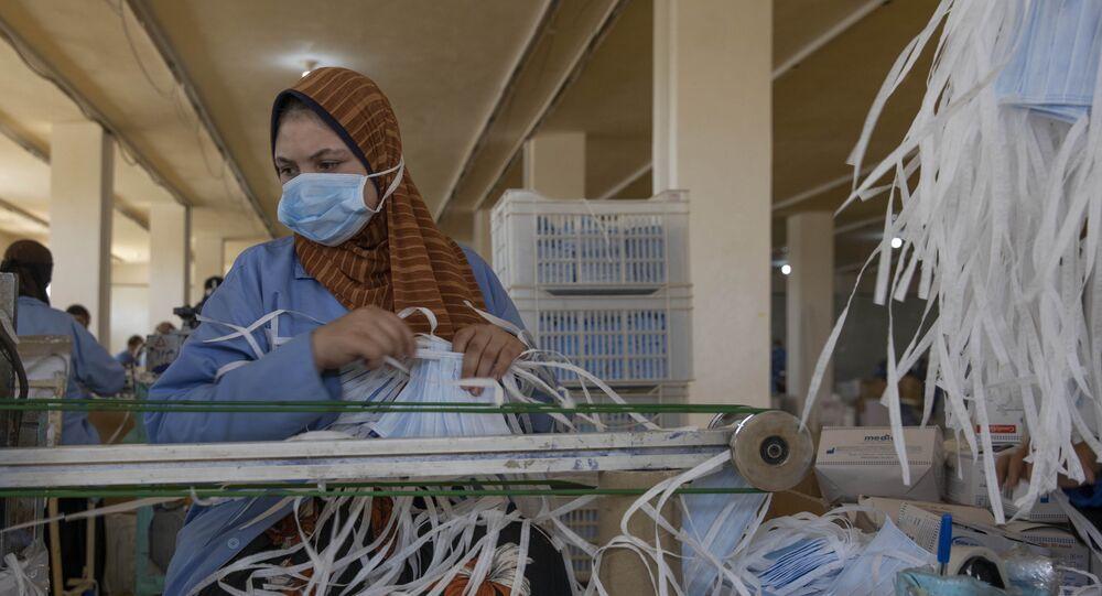Mulher fabrica máscaras para COVID-19 no Egito