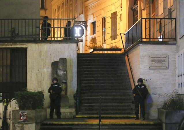 Policiais fazem operação no centro de Viena após atentado em 2 de novembro.