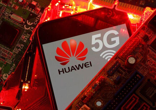 Smartphone com o logotipo da rede Huawei e 5G em uma placa-mãe de computador, 29 de janeiro de 2020