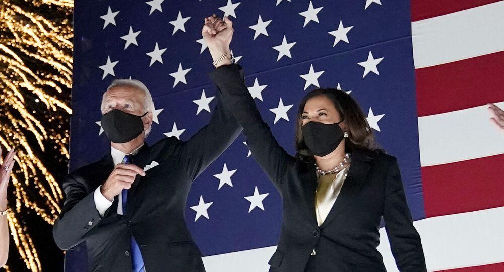 Em Wilmington, no estado norte-americano de Delaware, o então candidato democrata à Presidência dos EUA, Joe Biden, aparece ao lado de sua vice na chapa durante convenção partidária, em 20 de agosto de 2020