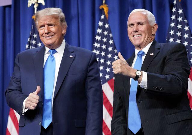 Em Charlotte, no estado norte-americano da Carolina do Norte, o presidente dos Estados Unidos, Donald Trump, posa ao lado do vice-presidente Mike Pence, durante a convenção partidária republicana, em 24 de agosto de 2020